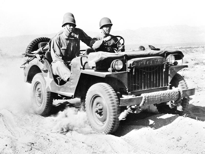 Soldados realizando pruebas en el desierto de California con un Jeep Willys