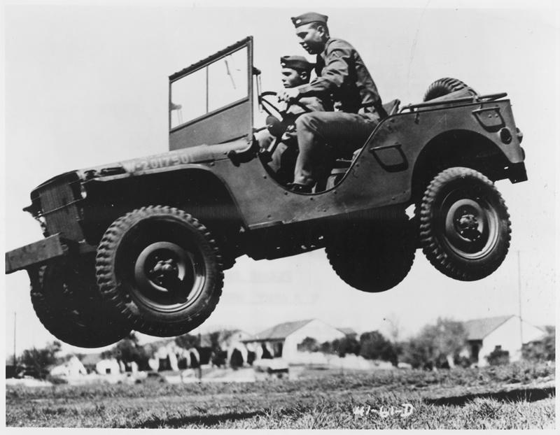 Soldados saltando con un Jeep Willys en un prueba de rendimiento